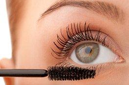 Fixieren Sie den Schwung mit dem Auftrag einer Mascara