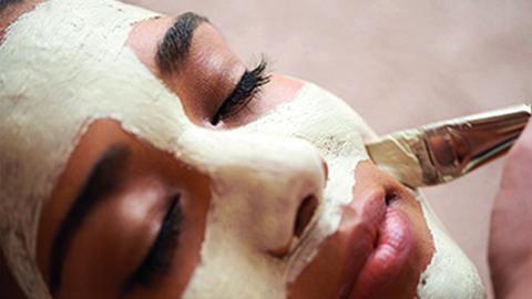 Frau mit weißer Gesichtsmaske