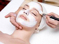 Anwendung einer Gesichtsmaske