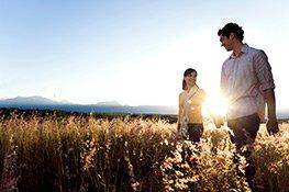 Hersbtmomente - Paar spaziert auf einem Feld