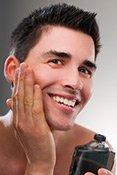 After Shave erfrischt Männerhaut und schützt sie vor Irritationen