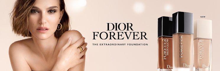 Frau mit Dior Forever Produkten