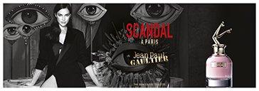 Frau mit Männern in schwarz-weiß und Flakon von Jean Paul Gaultier Scandal